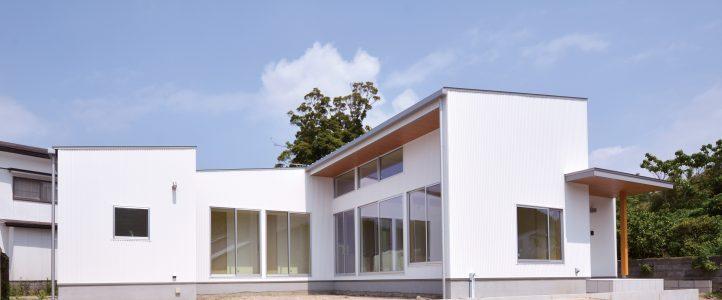 天井を高く取り、明るく開放感のあるリビングがある家